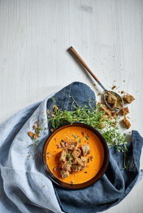 Krāsnī ceptu papriku un tomātu zupa