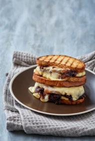 Karstmaizes ar karamelizētiem sīpoliem un Ementāles sieru