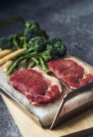 Sirloin steiks ar mini kukurūzu un garo kātu brokoļiem