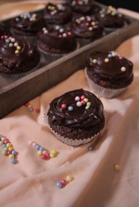 Šokolādes mafini ar šokolādes krēmu