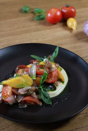 Tomātu salāti ar ķiploku krēmu