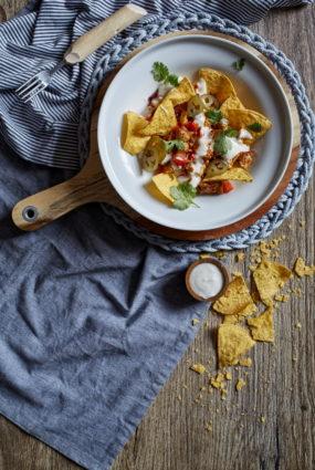 Tofu skrambls ar načo čipsiem un ķiploku majonēzi