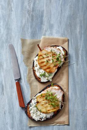 Maizītes ar grilētu bumbieri, zilā siera krēmu un cepeti