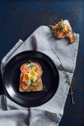 Rudzu tostermaize ar svaigu lasi un vārītu olu