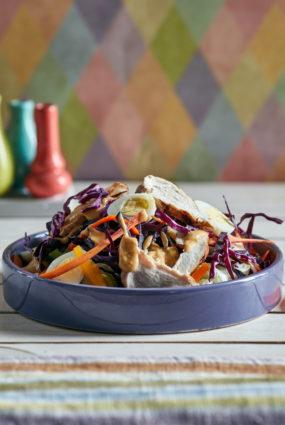 Salāti ar grilētu vistas krūtiņu un zemesriekstu mērci