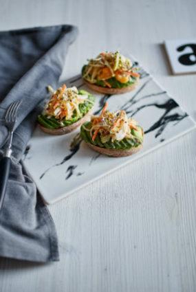 Salātu maizītes ar hurmas majonēzi un avokado