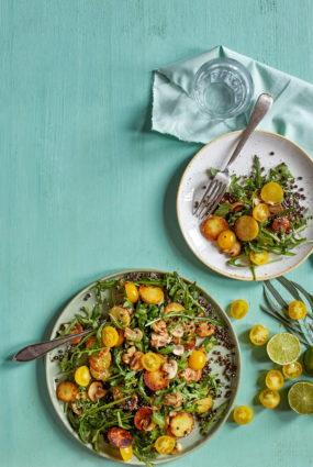 Melno lēcu salāti ar kraukšķīgiem kartupeļiem un sēnēm