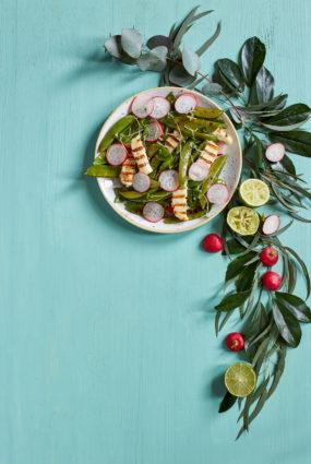 Sniega zirņu salāti ar grilētu halloumi sieru un citronu mērci