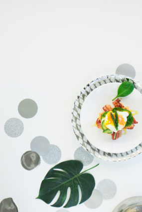 Vafeles ar avokado, bekonu un plaucētu olu
