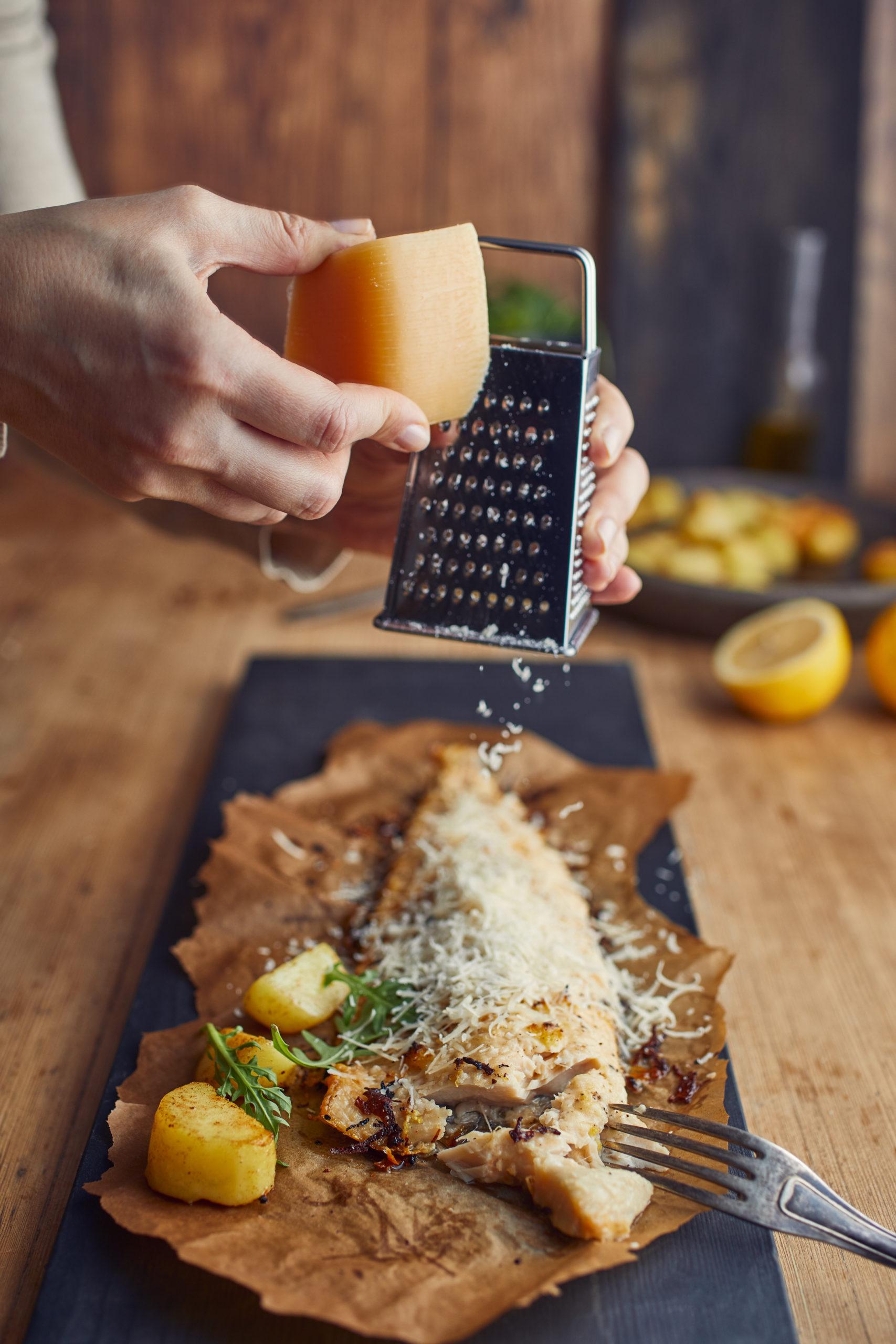 Krāsnī cepta zivs siera garoziņā