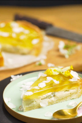 Rabarberu kūka ar gaiļbiksīšu želeju