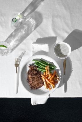 Steiks ar dārzeņiem un sinepju mērci