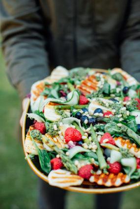 Halloumi siera salāti ar ogām un pesto mērci