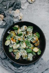Kartupeļu salāti ar ceptu ķiploku mērci