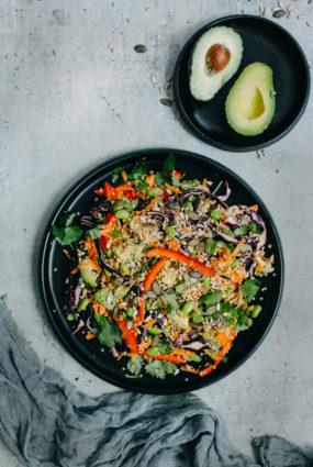 Kvinojas salāti ar zemesriekstu mērci