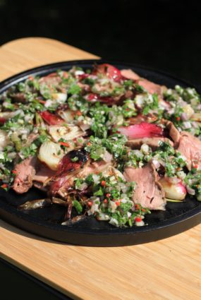 Grilētu jauno sīpolu un steika salāti ar salsa cruda
