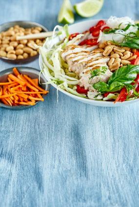 Jauno kāpostu salāti ar grilētu vistu un zemesriekstu mērci