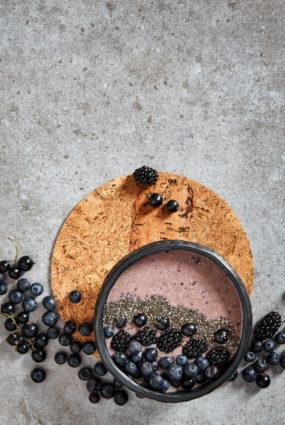 Brokastu smūtijbļoda ar auzu pārslām un rudens ogām