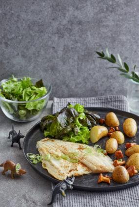 Plekste ar jaunajiem kartupelīšiem un salātiem