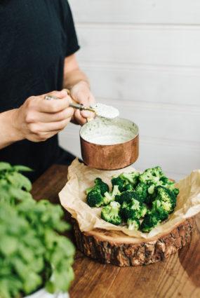 Brokoļu uzkoda ar saldā krējuma mērci