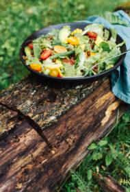 Melno turku zirņu meksikāņu salāti ar koriandra un laima mērci