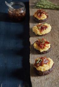 Ar polentu un karamelizētiem sīpoliem pildītas sēnes