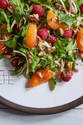 Rukolas salāti ar svaigām aprikozēm