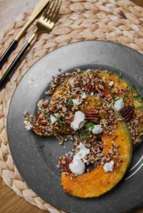 Krāsnī cepts ķirbis ar svaigo sieru un pekanriekstiem