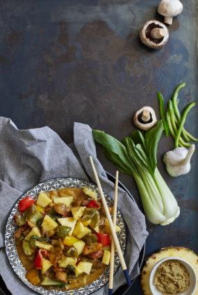 Krāsainie dārzeņi ar ananasu
