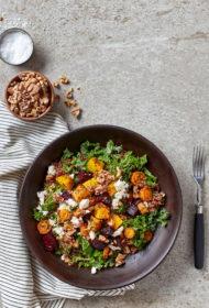 Kvinojas salāti ar krāsnī ceptiem dārzeņiem un fetas sieru