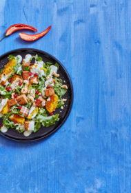 Kartupeļu un marinēta tofu salāti ar koriandra jogurtu