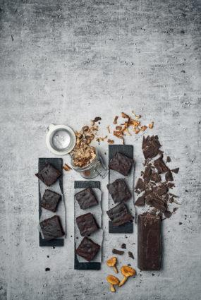 Šokolādes braunijs ar kaltētām baravikām un gailenēm