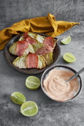 Kāpostu bekonvrapi ar kūpinātas paprikas majonēzi