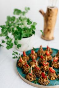 Kvinojas un saulē kaltētu tomātu uzkodiņas