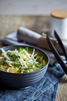 Ķīnas kāpostu salāti ar dzeltenajiem tomātiem un sezama sēklu eļļu