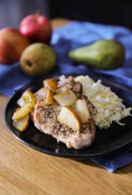 Cūkgaļas karbonāde ar karamelizētiem bumbieriem un ābolu un puravu salātiem