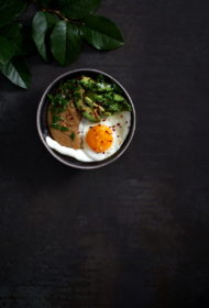 Sāļā amaranta putra ar avokado un ceptu olu