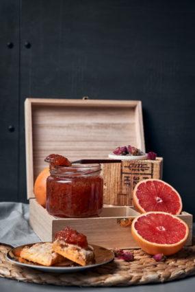 Rozā greipfrūtu, rožu lapu un lavandas ievārījums