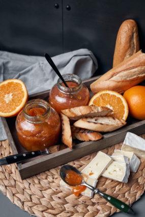 Apelsīnu gabaliņu, burkānu sulas un apiņu marmelāde