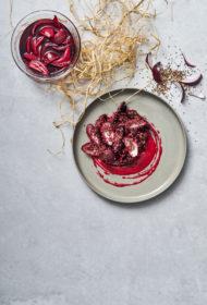 Kvinojas, jauno biešu un marinētu sīpolu salāti ar aveņu mērci