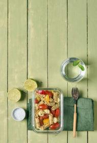 Pastas salāti ar mini mocarellu un dārzeņiem