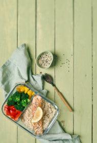 Lasis ar brūnajiem rīsiem un dārzeņiem