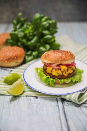 Burgers ar sojas burgera kotleti un mango salsu