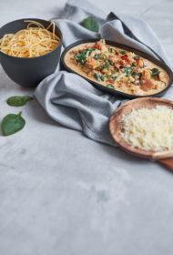 Mīdijas ar ķiploku un spinātu mērci un spageti