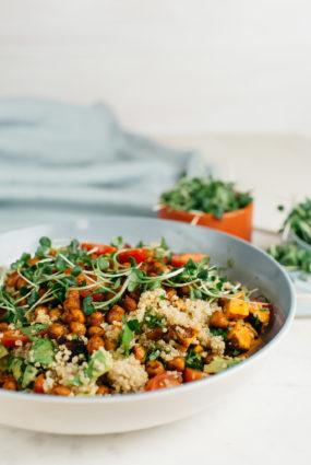 Kvinojas salāti ar ceptiem turku zirņiem un sinepju dīgstiem