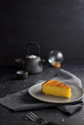 Polentas mandeļu kūka ar kumelīšu sīrupu