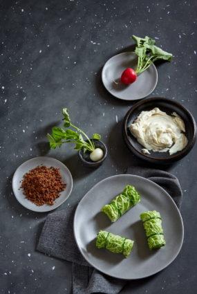 Salātu lapu rullīši ar majonēzi un rupjmaizes drumstalām