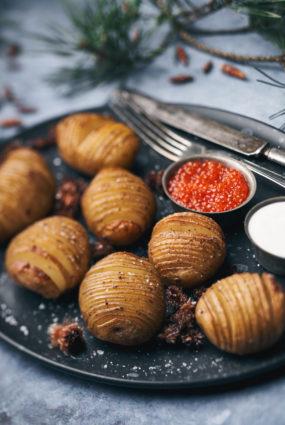 Priežu pumpuru sviestā cepti kartupeļi ar mārrutku jogurtu un foreļu ikriem