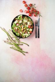 Cēzara salāti ar tofu un sparģeļiem