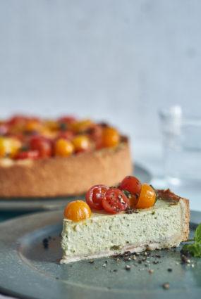 Biezpiena tarte ar bekonu un tomātu salātiem